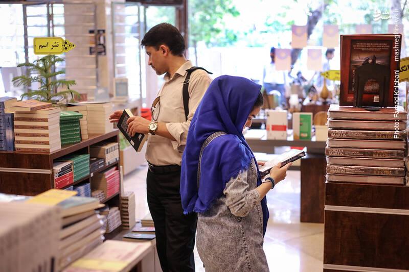 ساعت می گذرد و هر چه هوا رو به خنکی می رود، مشتریان کتاب اسم هم بیشتر می شوند.