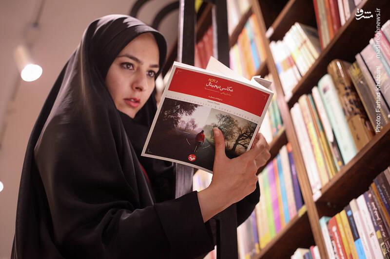 خانم توکلی می گوید این سالها کتاب های نظریه پردازیِ عکاسی خیلی زیاد شده اند و برای آموزش عکاسی دیجیتال، کتاب های کمی در بازار دیده می شود.