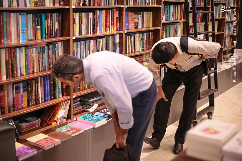 این دوستان به جای خم کردن کمر می توانستند از چهارپایه هایی که در محیط فروشگاه هست استفاده کنند. روی آن ها بنشینند و کتاب ها را بردارند و ورق بزنند اما گاهی کتاب آنقدر آدم ها را غرق می کند که...