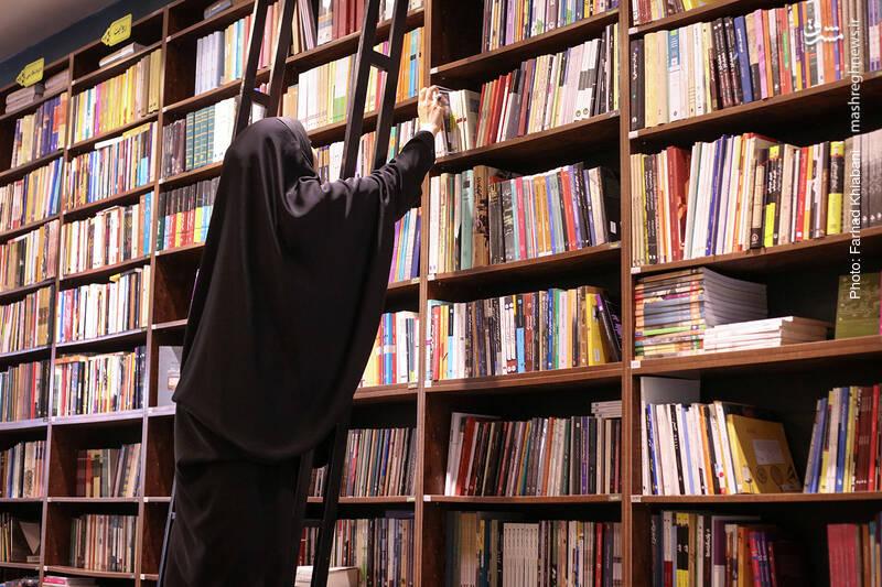 پلکان کتاب اسم، هم محکم است و هم جاپایی های قطوری دارد. با اطمینان خاطر بالا بروید و کتاب های مورد نظرتان را بردارید. البته دوستان راهنما هم همیشه آماده اند تا از این پله ها بالا بروند و بی خستگی کتاب هایتان را بیاورند.