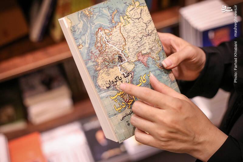 خانم توکلی می گوید: این جهانگرد ایرانی زندگی راحت و آسودهاش در لندن را رها کرده و با دوستش استیو از نورکاپ در شمالیترین نقطه اروپا به سمت کیپتاون در فاصله ۱۷ هزار و ۷۰۰ کیلومتری در سوی دیگر کره زمین رکاب زده و سفرنامه اش را نوشته است.