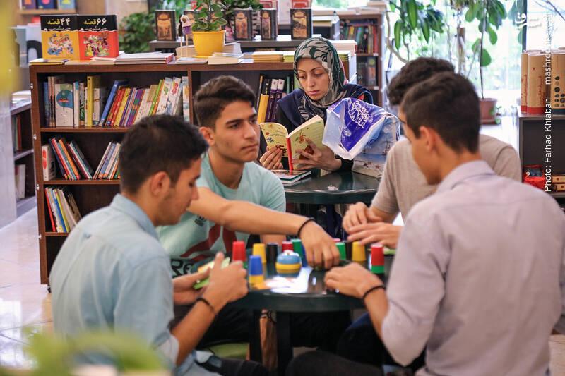 کنار همین قسمت، یک میز بازی هست که می شود با دوستان کنار آن نشست و قدری بازی کرد...