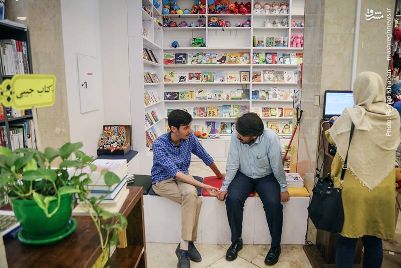 بعد از قفسه نوجوانان، بخش ویژه کودکان قرار دارد. در حاشیه آن، حسام آبنوس از خبرنگاران شهیر حوزه کتاب را می بینیم که با یکی از دوستان کتاب اسم در حال گفتگو است. خستگی مان را با سلام و احوالی با او، در می کنیم.