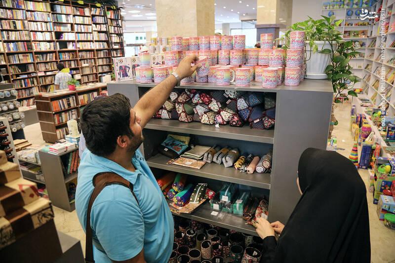 ماگ ها و محصولات فرهنگی هم، در انتهای فروشگاه، ضلع شرقی را به قفسه های غربی متصل می کند.
