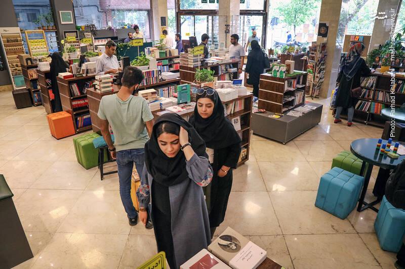 در بین مشتریان کتاب اسم، هر طیفی و سنی دیده می شوند اما مثل همیشه، حضور جوان ها پررنگ تر است...