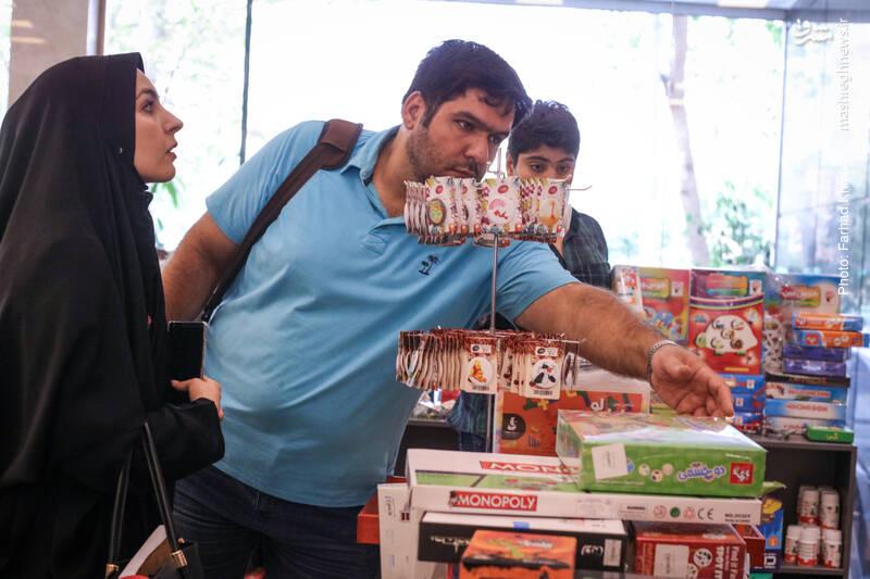 ضلع شرقی فروشگاه، قفسه وسائل بازی و تفکر نوجوانان است. جالب این که بیشتر محصولاتش هم ایرانی و با قیمت هایی مناسب است.