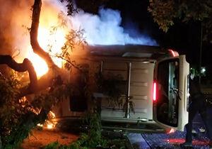 فیلم/ نجات راننده از داخل خودروی آتش گرفته!