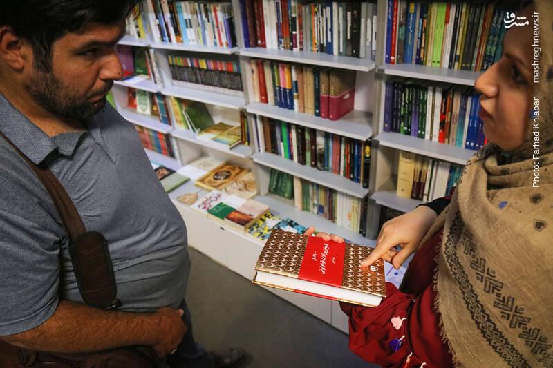 35000 سال تاریخ زیورآلات اقوام ایرانی اولین کتابی است که خانم سلیمانی برمی دارد. می گوید اینگونه کتاب ها به من در نوشتن داستان های تاریخی ام بسیار کمک کرده. وقتی می خواهم شخصیت ها را توصیف کنم، دانستن نحوه پوشش، زیورآلات و ویژگی های ظاهری آن ها خیلی کمکم می کند.