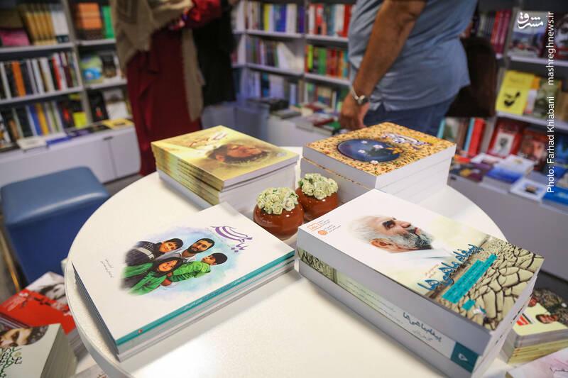 کمی آن طرف تر، میزی را برای کتاب های مدافعان حرم گذاشته اند. انواع و اقسام کتاب ها از انواع و اقسام ناشران.