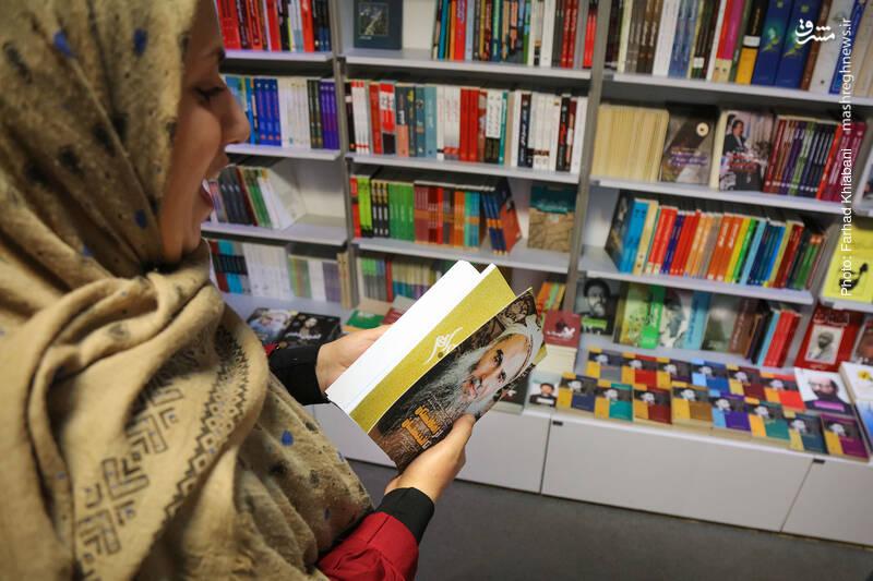 از دیگر کارهای انتشارات شهید کاظمی، کتاب «از افغانستان تا لندنستان» را برمی دارد و می گوید عطف چاپ قبلی کتاب به نحوی بود که چهره راوی کتاب، در کتابخانه ام ترس آور بود و در چاپ جدید این مشکل حل شده!... این کتاب را وحید خضاب ترجمه کرده.