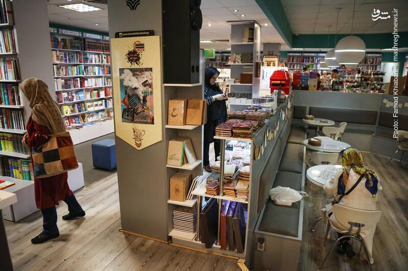 حالا به انتهای ضلع شرقی کتابفروشی رسیده ایم. جایی که ورودی کافه کتاب هم همانجاست...