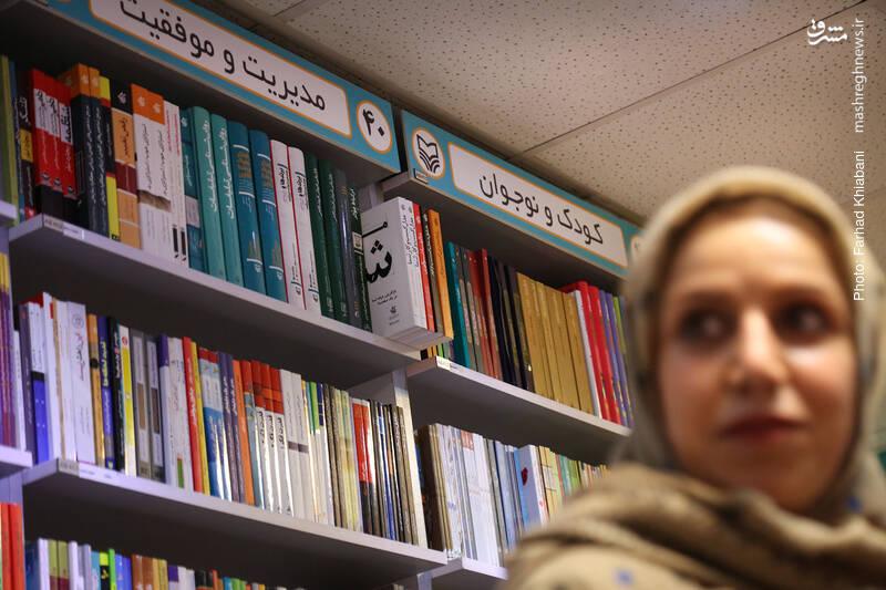 حالا رسیده ایم به شمال شرقی کتابفروشی که چند قفسه را به کتاب های کودک و نوجوان اختصاص داده اند. سلیمانی می گوید همیشه برای خواهرزاده اش کتاب کودک می گیرد و از مشتریان پر و پا قرص این بخش از کتابفروشی هاست.