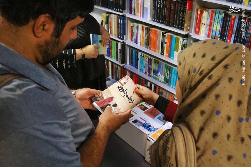 من هم از فرصت استفاده می کنم . کتاب زخم داوود را معرفی می کنم. نویسنده کتاب، سوزان ابوالهوا، یک عرب فلسطینی ساکن امریکاست. داستان از زاویهای متفاوت به فلسطین و ساکنان آن (چه یهودی و چه عرب) نگاه میکند. کتابی که به تازگی به در انتشارات آرما به چاپ پنجم رسیده.