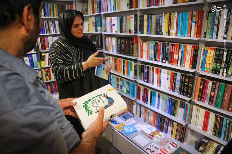 خانم اشرفی یک کتاب را به دستم می دهد. تمامی داستانهای کوتاه «فلانری اوکانر»، نویسنده آمریکایی با ترجمه آذرعالی پور که از سوی نشر آموت منتشر  شده از پیشنهادهای اوست.