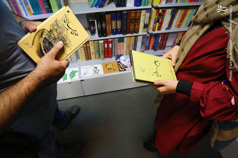 سلیمانی در ضلع غربی «همان همیان» را به دست من می دهد و خودش هم «پیامبر و دیوانه» از جبران خلیل جبران را برمی دارد. من کتاب انتخابی خانم سلیمانی را می پسندم و با خودم می برم تا کنار صندوق، حسابش کنم.