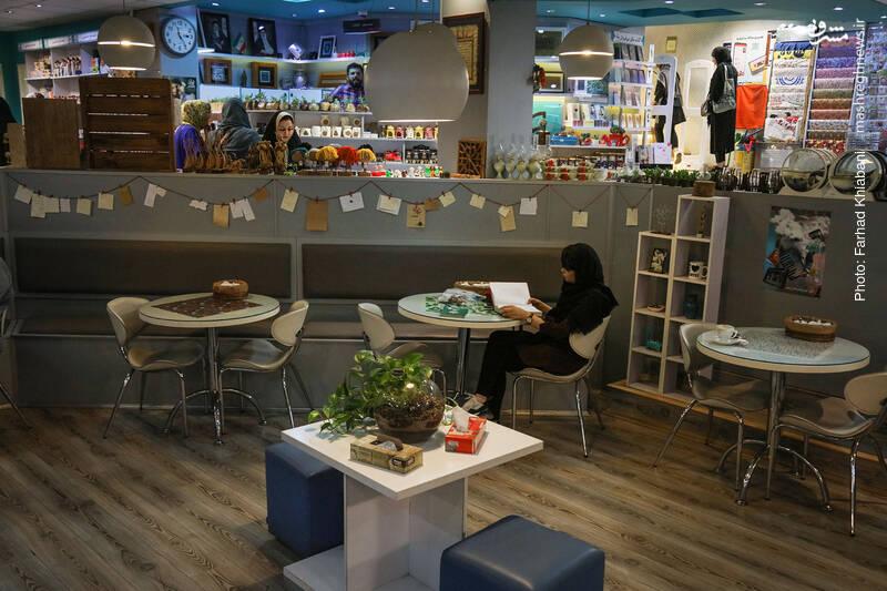 گودی کافه که بر دنجی آن افزوده، ما را به خود می خواند.