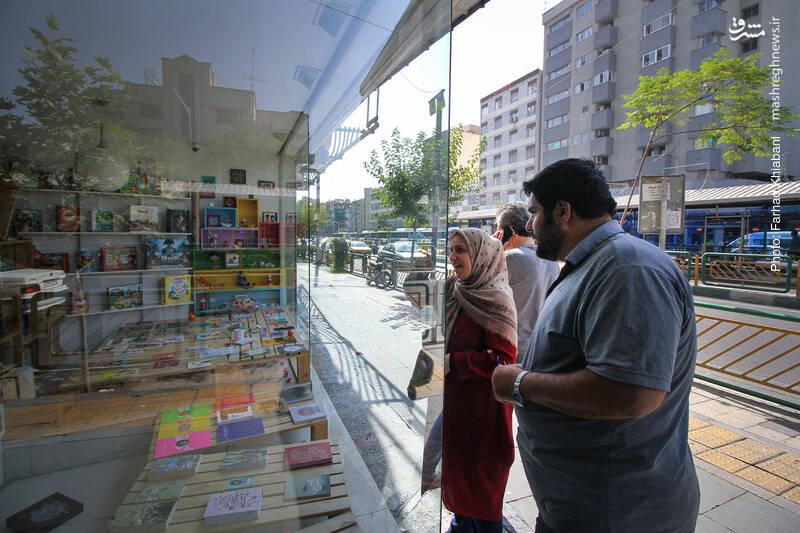 ویترین پر و پیمانی گذاشته اند برِ خیابان برای جلب مشتریان. داخلش از هر نوع کتابی هست تا عروسک و ماگ و...