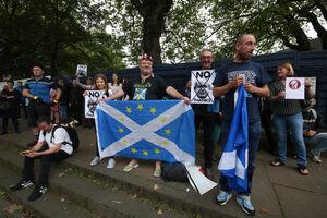 عکس/ اولین سفر بوریس جانسون و اعتراض اسکاتلندیها
