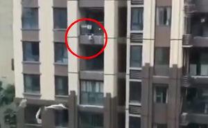 فیلم/ لحظه دلهرهآور سقوط کودک از طبقه ششم!