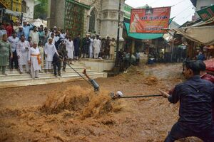 """تلاش برای نجات یک فرد از سیلاب در شهر """"اجمر"""" در ایالت راجستان هند"""