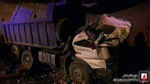 عکس/ سقوط مرگبار کامیون به گودال ۱۰ متری