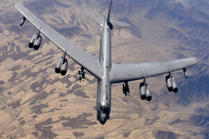 فیلم/ بمبافکنB52 آمریکا در تیررس پدافند هوایی