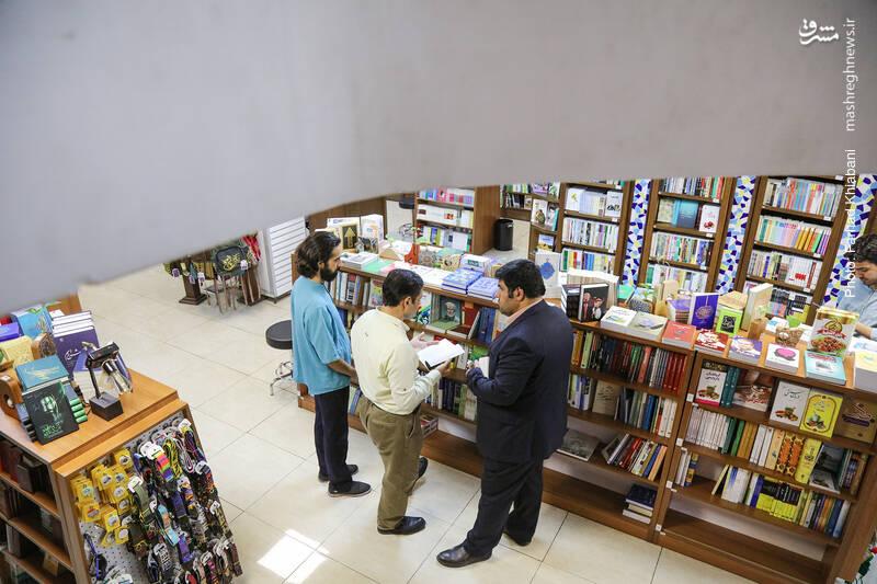 در دو سوی راهروی اصلی، به غیر از قفسه ها، جاکتابی هایی هم هست که به ریز شدن موضوعات کمک کرده. چینش کتاب ها در این قفسه ها هم هوشمندانه است.