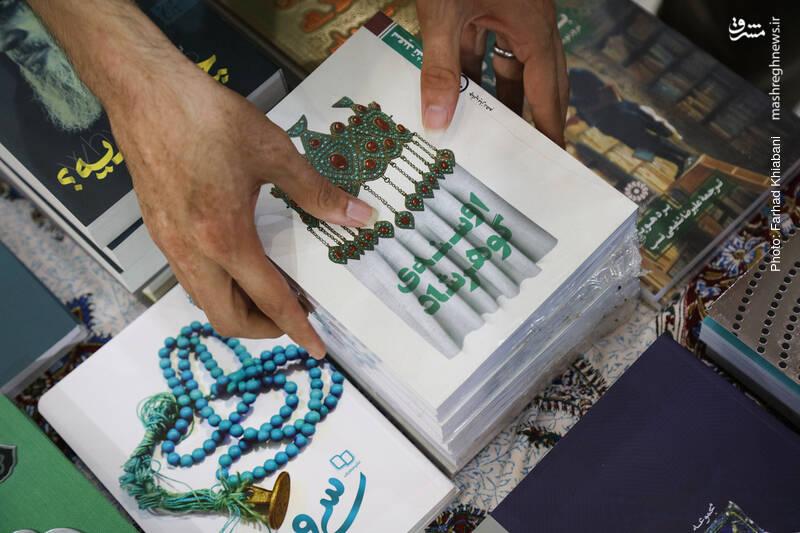 سعید تشکری یکی از بهترین نویسندگان ادبیات داستانی و نمایشی ماست؛ کسیکه بیادعا در گوشهای از مشهدالرضا نشسته و گرم نوشتن است و اتفاقاً بخشی از تاریخ و فرهنگ آن اقلیم در خیلی از کارهای پرتپش او منعکس شده. حامد میرود سراغ «اوسنه گوهرشاد» که به ماجرای خونین مسجد گوهرشاد پرداخته. این اثر «بهنشر»، این روزها محور یک پویش کتابخوانی ملی هم هست.