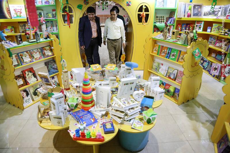 بخش کودک فروشگاه در انتهای راهرو به نحو جالبی دکوربندی شده است.