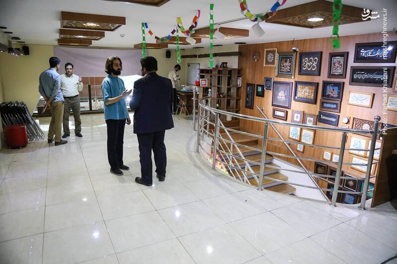 در ورودی طبقه بالا، فضای گسترده ای وجود دارد که برای برگزاری کارگاه های ادبی و فرهنگی و نشست های نقد کتاب مورد استفاده قرار می گیرد.