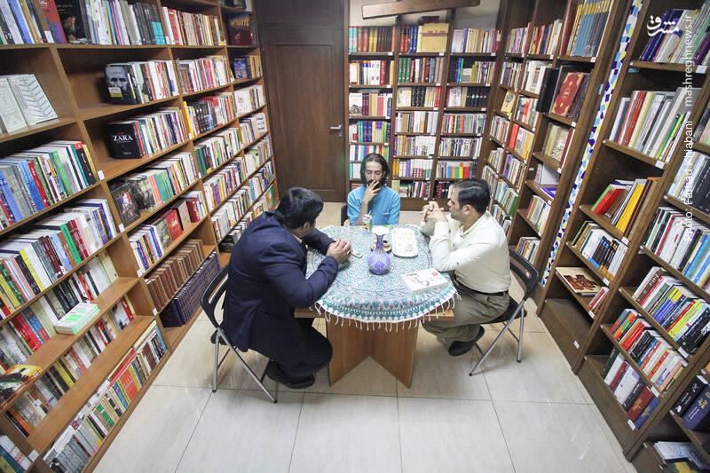 به هوای نوشیدن قدری آبمیوه می نشینیم اما حرف های کتابی مان تمام شدنی نیست....
