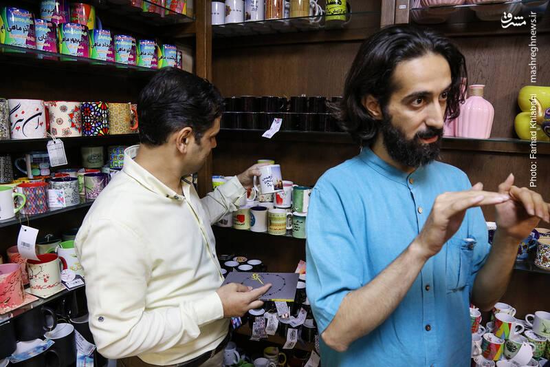 سید محمدعلی حامدرضوی درباره انواع محصولات فروشگاه و حتی قیمت هایش برایمان توضیح می دهد.