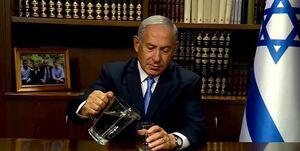 بنیامین نتانیاهو با پارچ آب