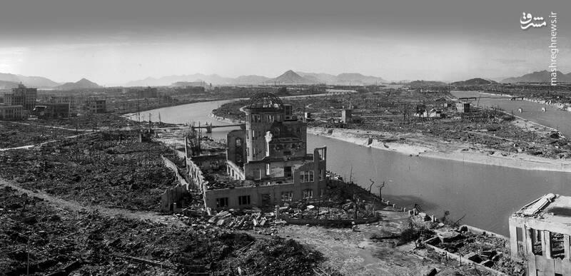 نمایی از شهر هیروشیما در نزدیکی محل انفجار اتمی/ ساختمان برپا مانده در 500 متری کانون انفجار واقع شده است و هم اکنون نیز به عنوان نماد بازمانده از انفجار، پابرجاست./ این ساختمان پیش از انفجار، کارکردی شبیه یک کارگاه یا کارخانه صنعتی داشت.