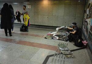 سکوی ایستگاههای مترو همچنان در قرق دستفروشان+ عکس