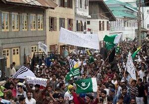 هزاران کشمیری با شکستن حکومت نظامی به خیابانها آمده و علیه دولت هند شعار سر دادند