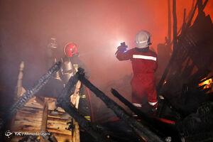 عکس/ آتشسوزی گسترده انبار چوب در مشهد