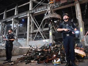 عکس/ امحاء هزاران اسلحه در چین