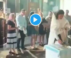 رفتار خشن یک کشیش با نوزاد! +فیلم