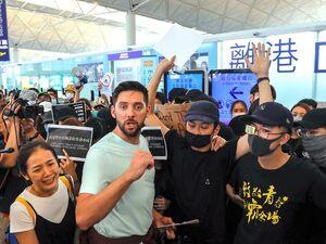 عکس/ نارضایتی گردشگران از وضعیت فرودگاه هنگ کنگ