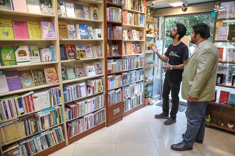 اولین ردیف قفسه ها که کتابگردی مان را با آن شروع می کنیم، قفسه کتاب های دفاع مقدس است. مهمترین عناوین را در ردیف های وسط چیده اند و بقیه قفسه ها هم به نحوی است که عطف کتاب ها را می شود دید و انتخاب کرد. البته فروشگاه کیهان، انبار هم دارد که اگر کتابی در پیشخوان نباشد، در عرض چند ثانیه از انبار برای مخاطبان، احضار می شود!
