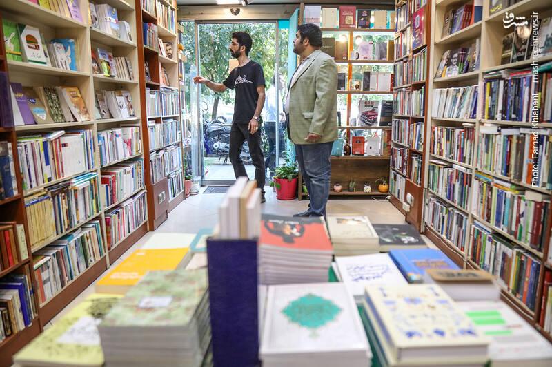 میزی هم در همین ورودی فروشگاه گذاشته اند که اتفاقا وقتی محو کتابها می شویم، یادمان می رود سری به آن بزنیم تا آخر کار که دوباره سراغش می آییم.