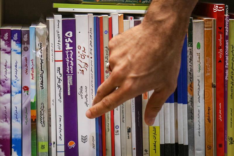 علی همچنین کتاب«365 راه برای پرورش فرزندانی فوق العاده» را نشان می دهد. منبعی فوقالعاده برای والدین و مربیان که به کودکان کمک میکند شخصیت خود را بسازند و اعتماد به نفس خود را افزایش دهند. شما در این کتاب مهم، بـه یک راهنمای ملموس و کاربردی برای پروراندن مهارتهای زندگی در فرزندتان دست خواهید یافت؛ مهارتهایی که فرزندان و در نهایت خانوادهتان را غنی میسازد. کتابی از انتشارات مهرسا که کتاب های خوبی در زمینه پرورش فرزند دارد، منتشر کرده است.
