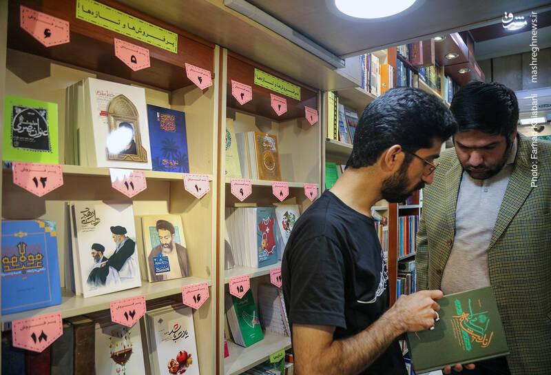 قفسه بعدی، کتاب های پرفروش کتابفروشی است. محبی می گوید: این کتاب ها را بر اساس بازه 15 روزه انتخاب می کنیم تا گردش کتاب ها در آن زیاد باشد... کتاب هایی مثل «حدیث عُنوان بَصری»، «خط مقدم»، «دهکده خاک برسر»، «سربلند» و «نخل و نارنج» در این قفسه دیده می شوند.