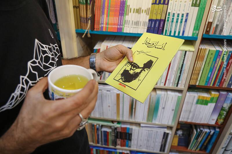 علی رکاب هم کتابی از کتاب های شهید چمران را بر می دارد و به نگاه عاشقانه او به زندگی اشاره می کند. او متاسف است که موسسه شهید چمران در ارائه شکیل و مناسب کتاب های شهید چمران به بازار کتاب، خوب عمل نمی کند.