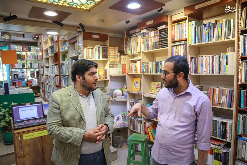 علی محبی یادآور می شود که خیلی از این کتاب ها باید در قفسه های دیگری و تحت موضوعشان دسته بندی بشوند اما تجربه نشان داده که یکجا بودن آثار افراد مشهور و چهره های شناخته شده، در ارائه و فروش آن ها تاثیر زیادی دارد.