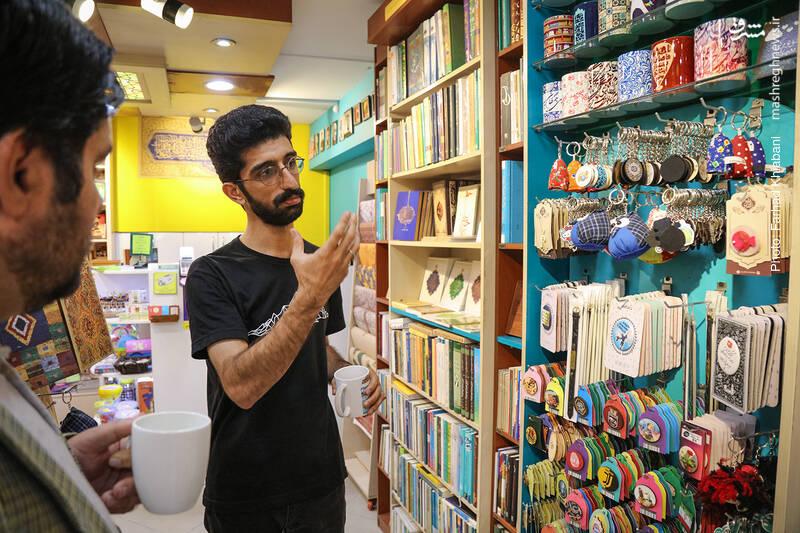 درباره فروش محصولات جانبی و تزئینی در کتابفروش ها می پرسم که علی رکاب می گوید: این محصولات مشتری خاص خودش را دارد و کتابفروشی های جبهه فرهنگی انقلاب به جهت این که مخاطبانش برای تهیه اینگونه محصولات به جای دیگری نروند از آن ها استفاده می کنند و الا این محصولات هیچگاه کتاب را تحت تاثیر خود قرار نمی دهند.