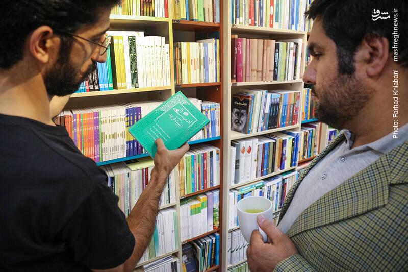علی رکاب از بین همه آن ها دستش می رود به کتاب «ادب الهی» که درباره تربیت فرزند است و آن را برای همه والدین، پیشنهاد می دهد.