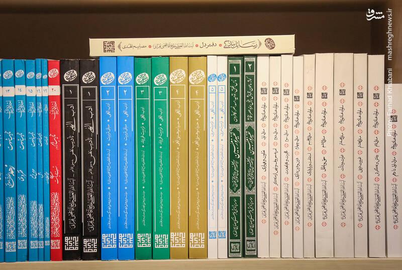 کتاب های آیت الله مجتبی طهرانی از جمله کتاب هایی است که از نظر تعداد بیشتر از کتاب های دیگر جلب توجه می کند.