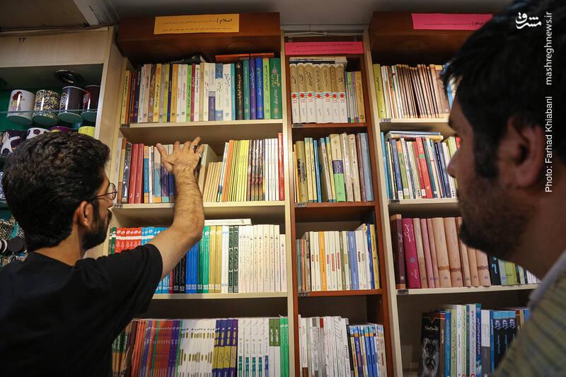 بعد از قفسه کتاب های مذهبی، قفسه ای قرار دارد که بر اساس چهره ها و اندیشمندان اسلامی طبقه بندی شده است. علی رکاب همان اول دستش می رود به کتاب های امام موسی صدر.